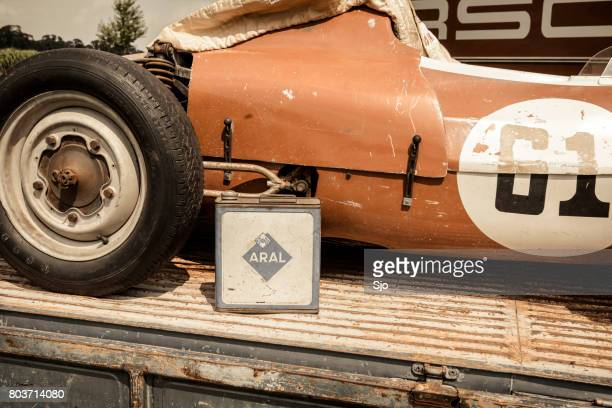 Volkswagen Transporter flatbed met een race-auto van Porsche