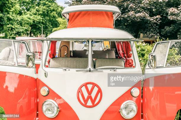 volkswagen transporter t1 camper van em um parque - volkswagen - fotografias e filmes do acervo