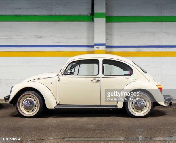 volkswagen vw käfer in parking garage - christian beirle gonzález stock-fotos und bilder