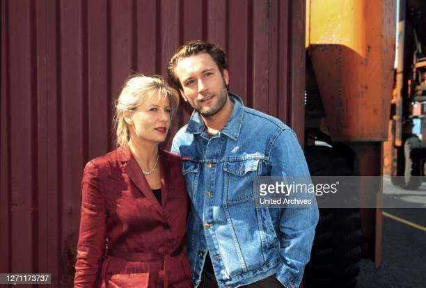Voll ins Herz D 1998 / Ulrich Stark Inga Lürsen freut sich über das Klassentreffen. Doch die Freude wärt nicht lange, da sie mitten beim Klönen zu...