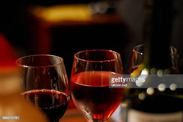 Volle Weingläser stehen auf einem Tresen einer Kneipe in Berlin