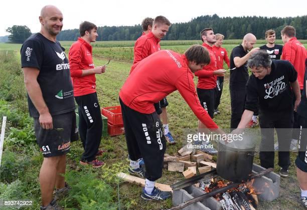 Volleyball 1 Bundesliga 2015/2016 TV Rottenburg beim Teambuildingevent Team bei der Kartoffelernte und Kochen auf dem Acker mit dem Bio Spitzenkoch...