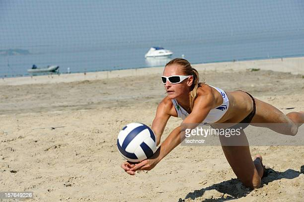 volleyball attraktive aktion - damen volleyball stock-fotos und bilder