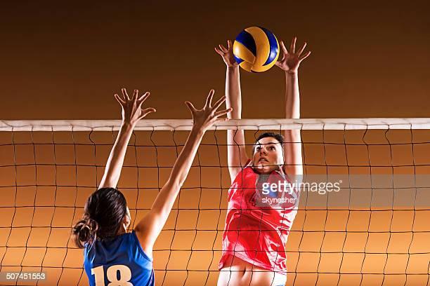 Voleibol bloqueo de acción en la red.