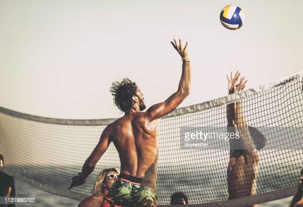 ¡ voleibol bloqueando la playa! - vóleibol de playa fotografías e imágenes de stock