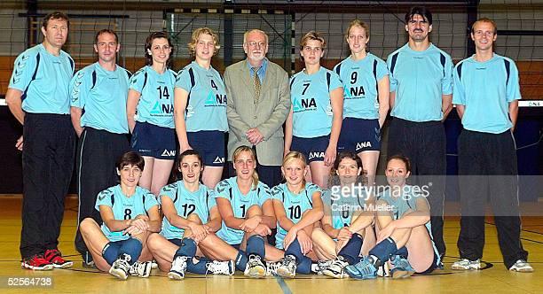Volleyball / Frauen 1 Bundesliga 04/05 Hamburg TV Fischbek / Fototermin hinten vl Dr Michael TANK / Arzt Pysiotherapeut Frank SCHMIDT Elena...