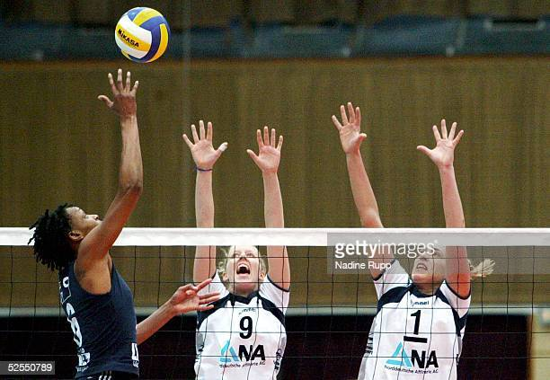 Volleyball / Frauen DVV Pokal 2004 Schwerin Finale TV Fischbek Hamburg USC Muenster 23 Tonya SLACANIN / Muenster Kerstin AHLKE Christina BENECKE /...