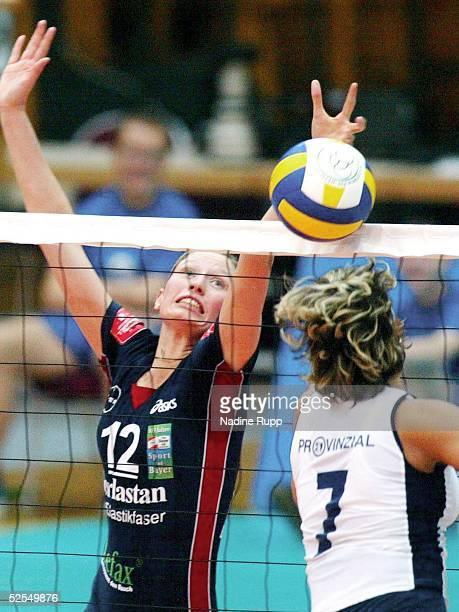 Volleyball / Frauen: DVV Pokal 2004, Schwerin; Spiel um 3.Platz: Schweriner SC - TSV Bayer 04 Leverkusen 0:3; Judith FEMING / Bayer, Patricia WOLF /...