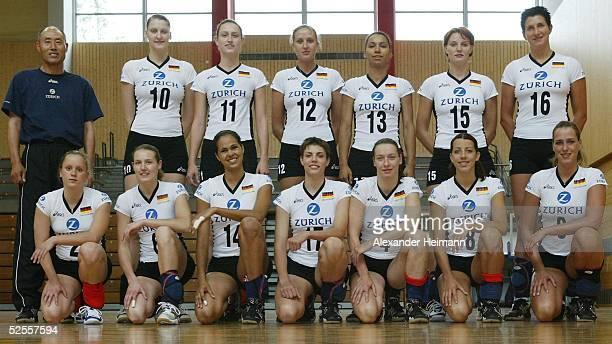 Volleyball / Frauen Nationalmannschaft Fototermin Heidelberg Oben von links Trainer HeeWan Lee Tina Gollan Christiane Fuerst Olessya Kulakova Atika...