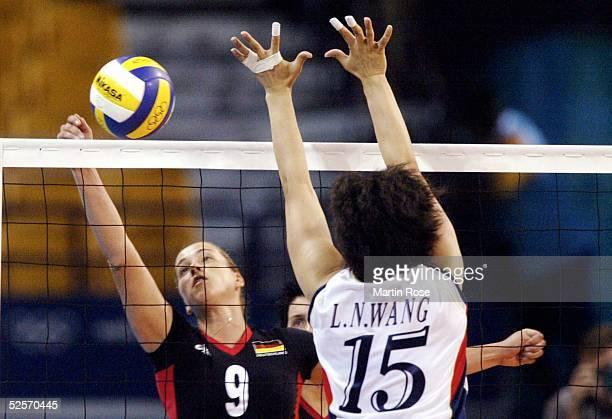 Volleyball / Frauen Olympische Spiele Athen 2004 Athen Gruppe B / China Deutschland 30 Christina BENECKE / GER Lina WANG / CHN 200804