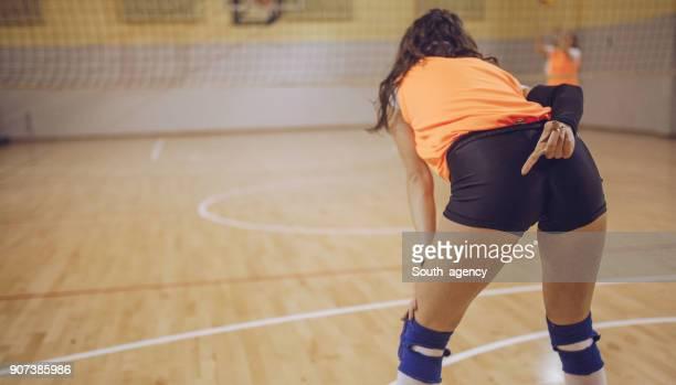 volleyball-spiel-strategie - damen volleyball stock-fotos und bilder