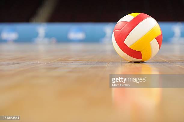 Voleibol en un gimnasio de vacío