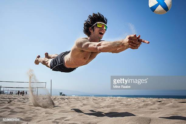 volleyball in manhattan beach - beachvolleybal stockfoto's en -beelden