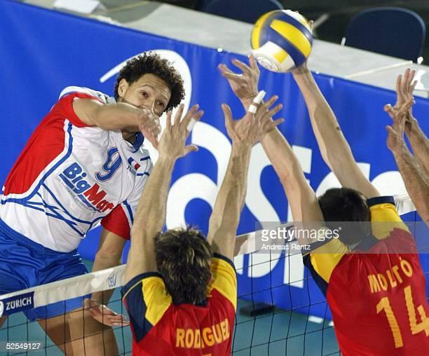 Volleyball / Maenner: Olympia Qualifikation 2004, Leipzig; Spanien - Frankreich ; Frantz GRANVORKA / FRA, Israel RODRIGUES, Jose Luis MOLTO / ESP...