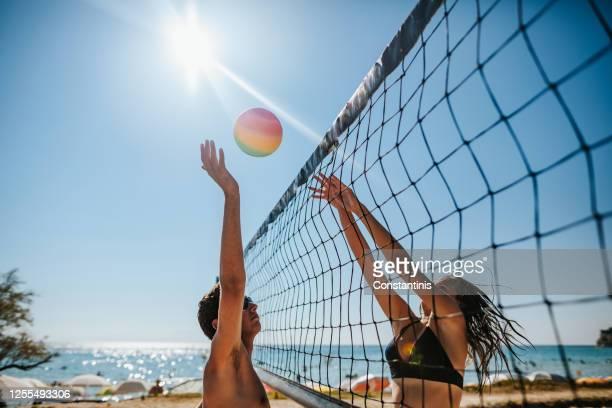 pallavolo in spiaggia - beach volley foto e immagini stock