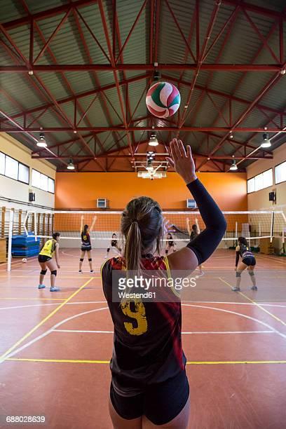 volleyball player serving the ball during a volleyball match - saque deporte fotografías e imágenes de stock
