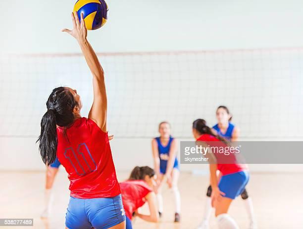 Volleyball-Spieler, die den ball.