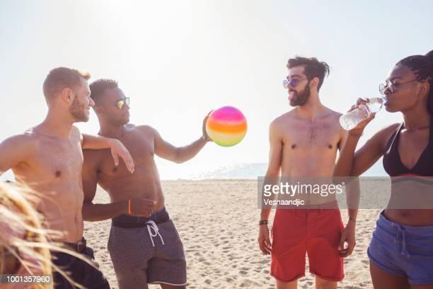 volleyball mit freunden am strand - strandvolleyball spielerin stock-fotos und bilder