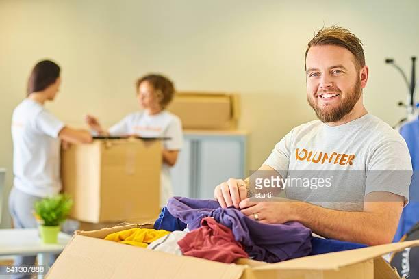 vêtements de charité bénévole - événement caritatif photos et images de collection