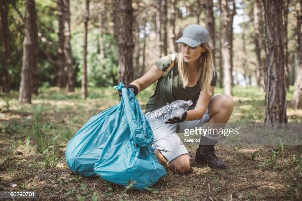 volunteer cleaning park - social responsibility stock pictures, royalty-free photos & images