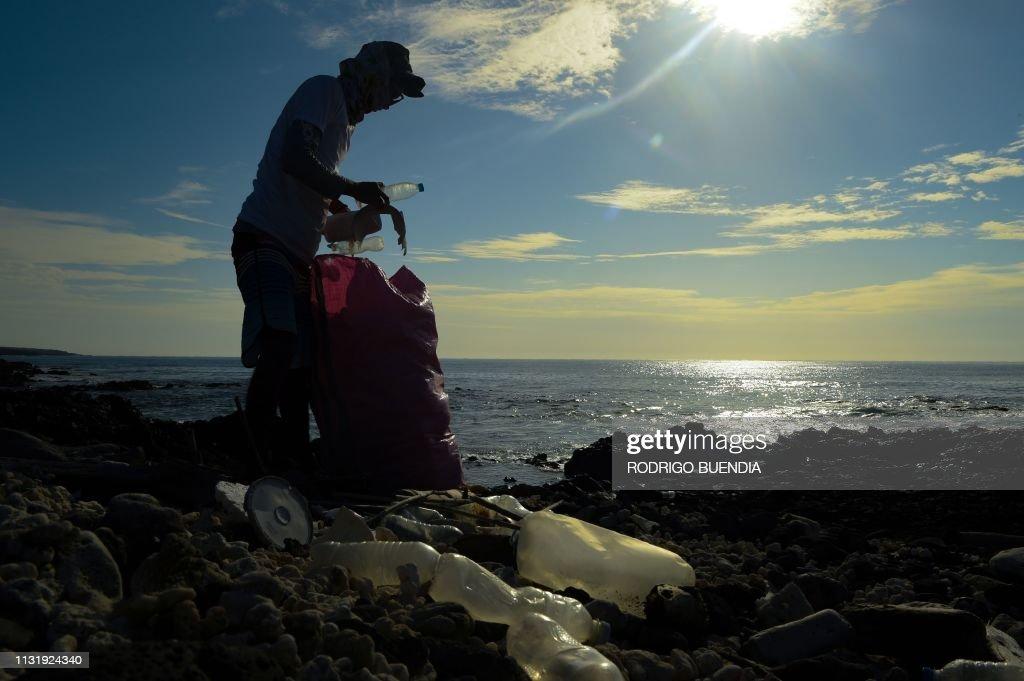 ECUADOR-ENVIRONMENT-GALAPAGOS-POLLUTION : News Photo