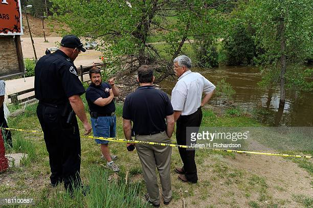 A volunteer responder second from left discusses plans with Deputy Sheriff Gary Robinson left and Boulder County Sheriff Operations Division Chief...