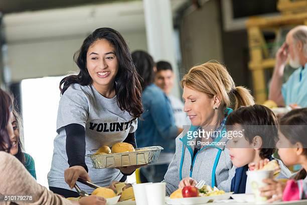 Volontario serve pasti in rifugio per senzatetto