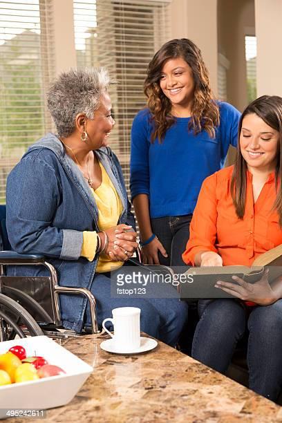 Ehrenamtliche Arbeit: Junge Frauen lesen, senior Frau.  House, Altersheim.