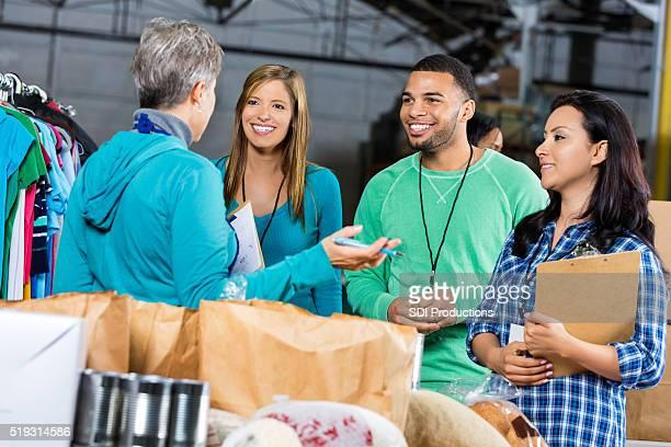 Freiwilligen mit Lebensmittel und Kleidung Laufwerk