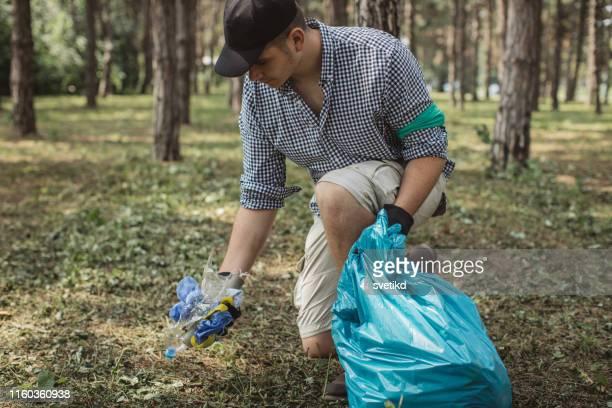 volunteers cleaning park - altruismo foto e immagini stock