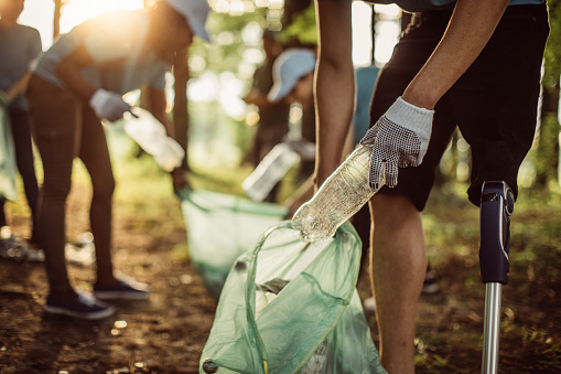Volunteers cleaning park 986900214