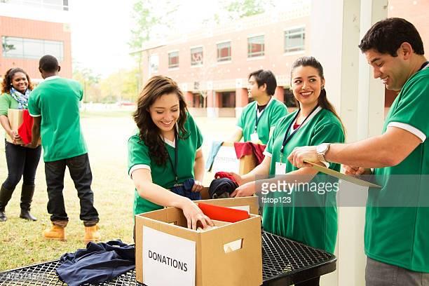 被験者: 大学の学生服を求めるダメージを収集するために寄付。 - 危機管理 ストックフォトと画像