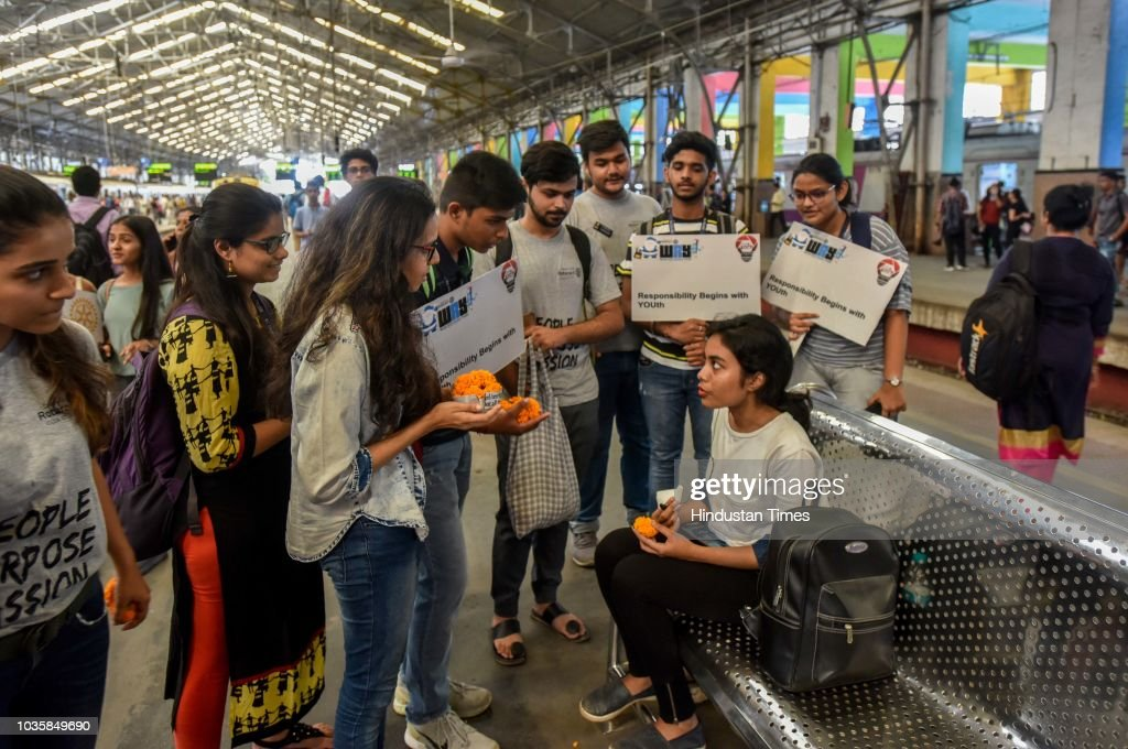 rotary volunteers present flowers to people to aware about swachhta