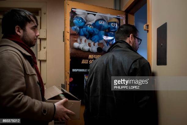 Volunteers of the Christian charity organization 'Secours Catholique' distribute Christmas gifts on December 14 2017 at the FleuryMerogis prison the...