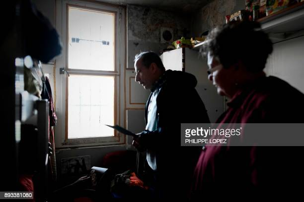 Volunteers of the Christian charity organization 'Secours Catholique' distribute Christmas gifts to an inmate on December 14 2017 at the...