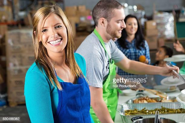 Volontari serve cibo in mensa