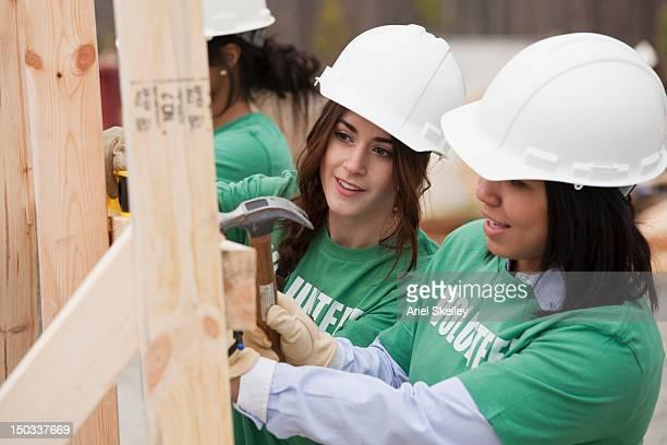 Freiwilligen arbeitet auf Baustelle