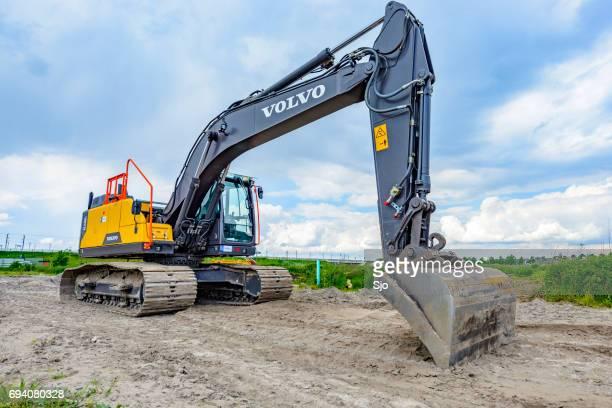 volvo ec220e crawler excavator machine on construction site - volvo stock pictures, royalty-free photos & images