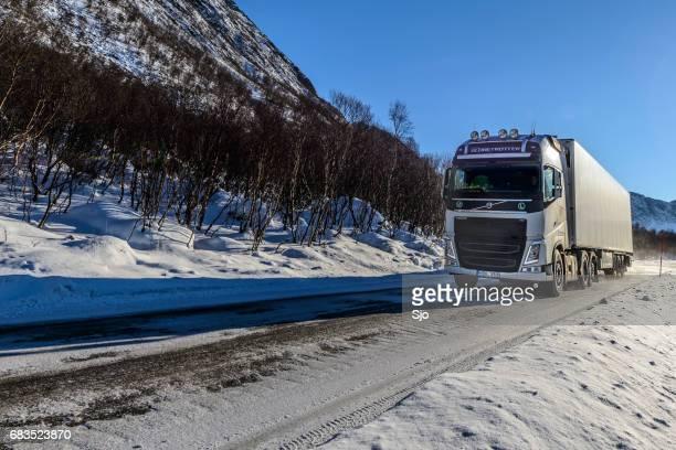 Camiones de carga Volvo FH 540 en un paisaje de invierno en el norte de Noruega