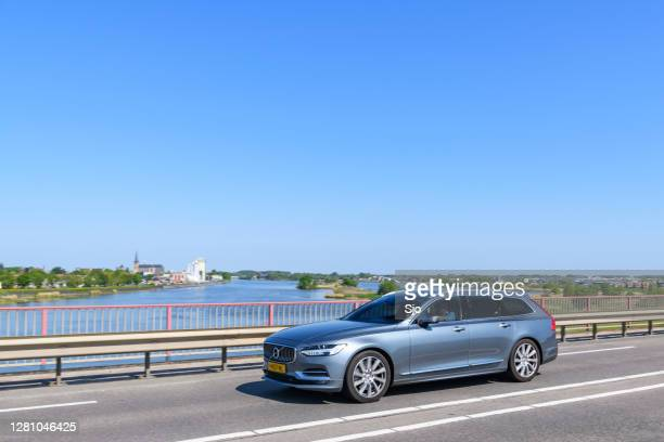 """volvo v90 luxury estate car driving on a bridge over a river - """"sjoerd van der wal"""" or """"sjo"""" stock pictures, royalty-free photos & images"""