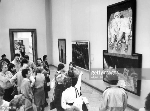 Vom 02 Oktober 1982 bis zum 03 April 1983 fand in Dresden die IX Kunstausstellung der DDR statt Hier betrachten Besucher Willi Sittes Gemälde 'Sie...