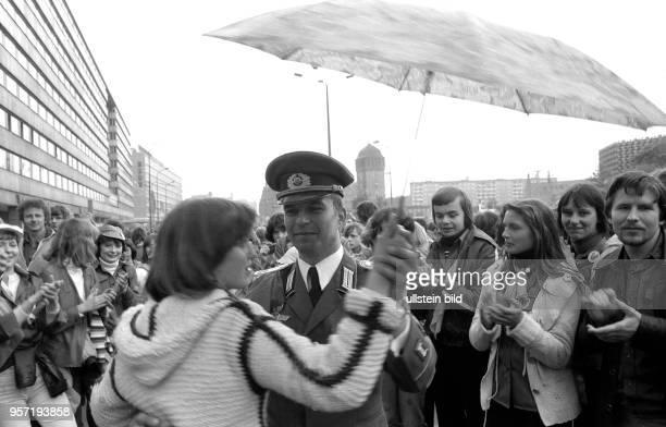 Vom 23. Bis 26. Mai 1980 findet in Karl-Marx-Stadt das V. Festival der Freundschaft zwischen der Jugend der UdSSR und der DDR statt. Hier wagt eine...