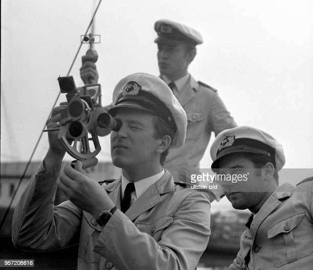 Vom Dach der Seefahrtschule Wustrow aus erlernen angehende Schiffsoffiziere quasi in einer 'Trockenübung' die Standortbestimmung eines Schiffes...
