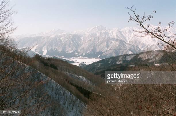Vom Start der Herrenabfahrtsstrecke bietet sich ein malerischer Blick auf das Tal von Hakuba, unweit von Nagano. Hier werden die Wettbewerbe in...