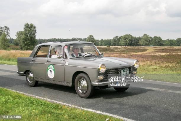 Von 10 AutoBild Klassik HamburgBerlin vom 24 Gemarkung Undeloh in der Lüneburger Heide Im Foto Peugeot 404 Super Luxe Bj1964 ccm1618 PS72