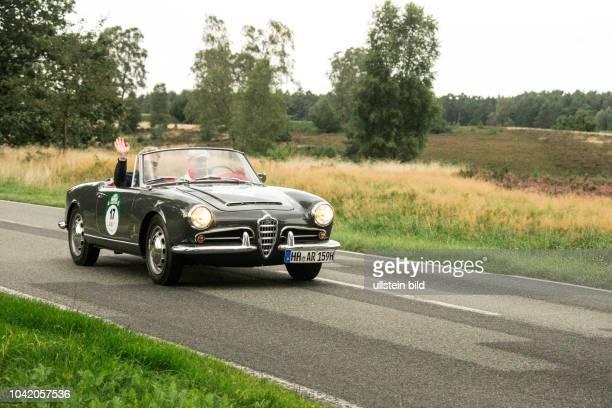 Von 10 AutoBild Klassik HamburgBerlin vom 24 Gemarkung Undeloh in der Lüneburger Heide Im Foto Alfa Romeo Giulia Spider 1600 Bj1962 1600 ccm 100 PS