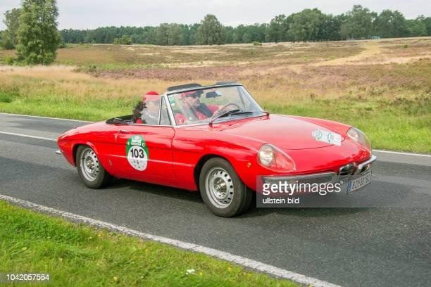Von 10 AutoBild Klassik HamburgBerlin vom 24 Gemarkung Undeloh in der Lüneburger Heide Im Foto Alfa Romeo Spider Duetto 1750 Bj1969 ccm 1779 PS118