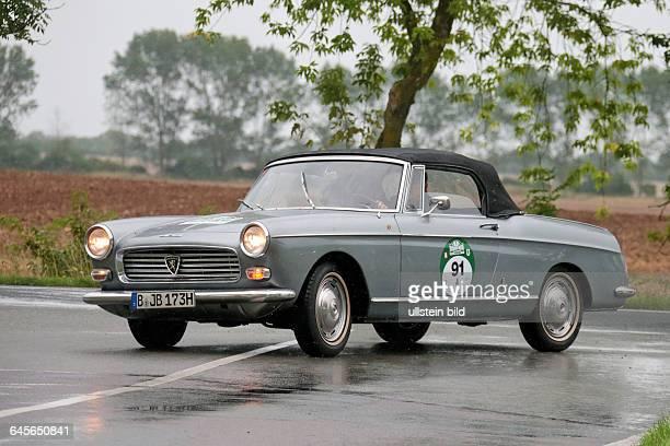 Von 8 HamburgBerlin Klassik 2015 Hier gesehen am 1 Tag an der Elbe bei Storkau/Tangermünde Im Foto Peugeot 404 Cabrio 73 PS Bj 1965