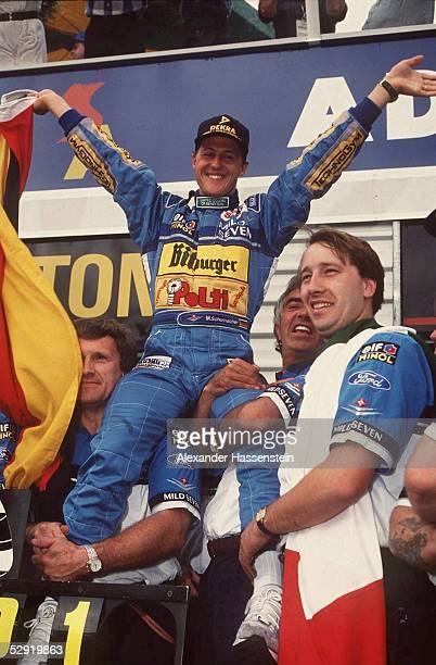 GP von AUSTRALIEN 1994 in Adelaide WELTMEISTER Michael SCHUMACHER/GER BENETTON auf den Schultern von Tom WALKINSHAW und TEAMCHEF Flavio BRIATORE