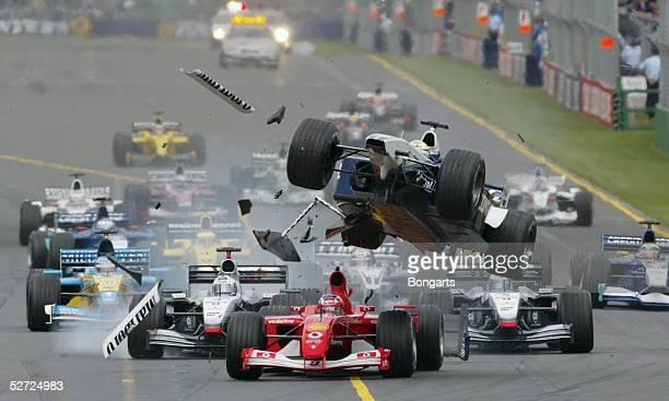Von AUSTRALIEN 2002, Melbourne; CRASH/STARTUNFALL; Ralf SCHUMACHER/BMW WILLIAMS rast ueber Rubens BARRICHELLO/FERRARI